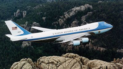 746px-Air_Force_One_over_Mt__Rushmore